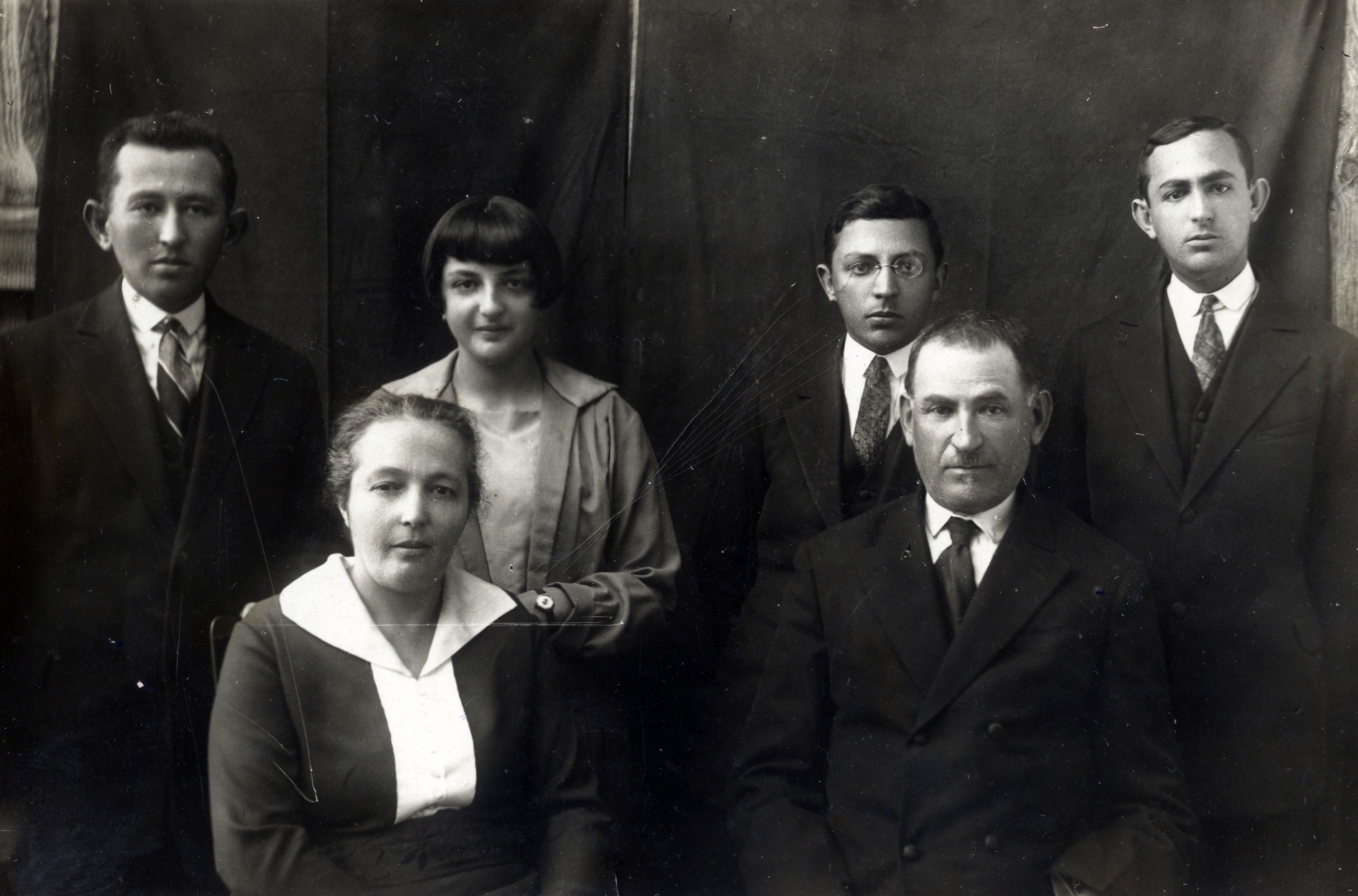 Studio portrait of the Ridnik family.  Back row left to right: Pesach, Dina, Leon and Yaakov (Jankl) Ridnik. Front row left to right: Golda (nee Katz) Ridnik and Alok (Eliyahu) Ridnik.