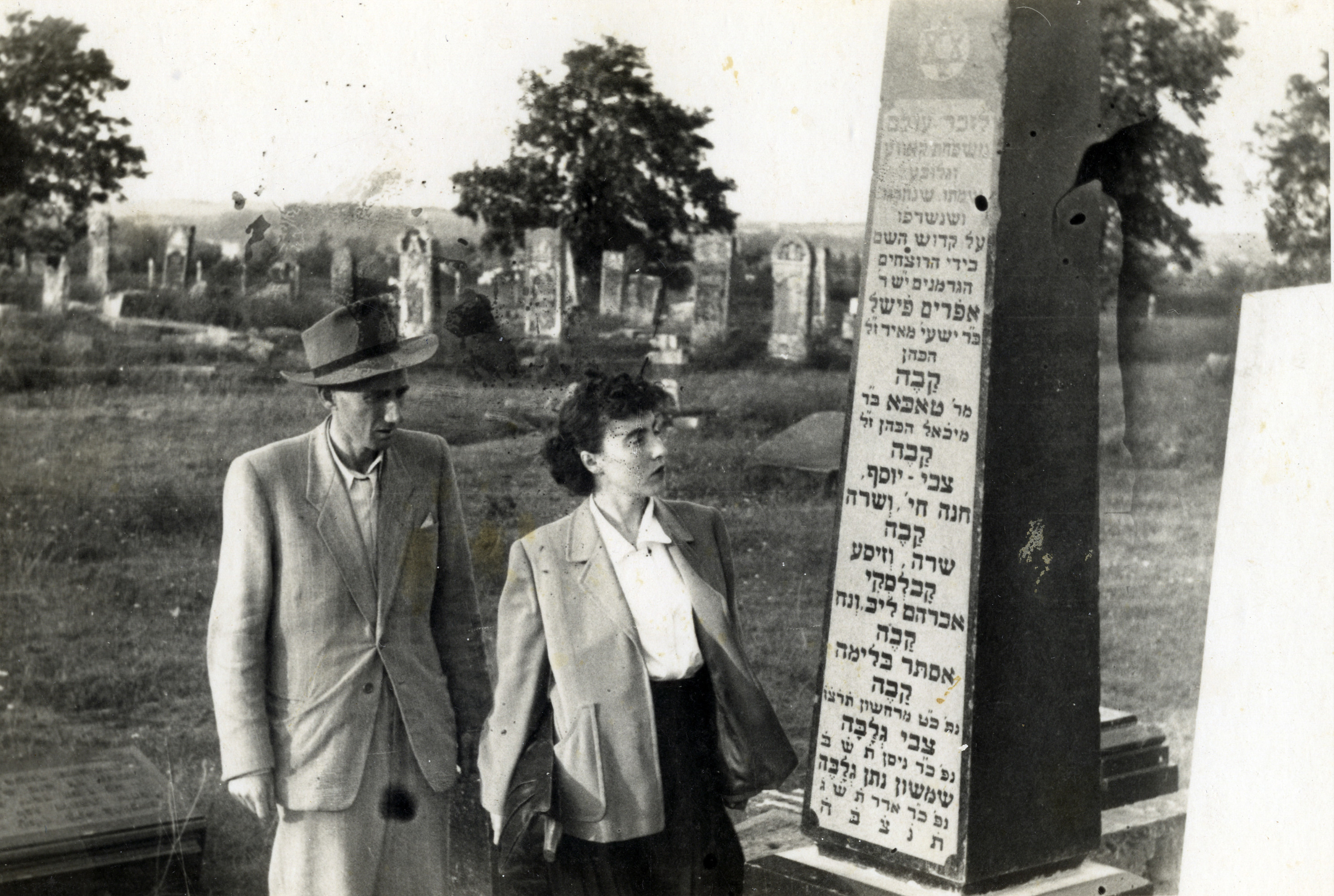 Survivors from Kalisz view a monument to individuals who were killed in the Holocaust.  Pictured are Ester (nee Gluba) and Jeszaayahu Kawe, prior to their immigration to Israel.  The monument was created by Jeszaayahu.