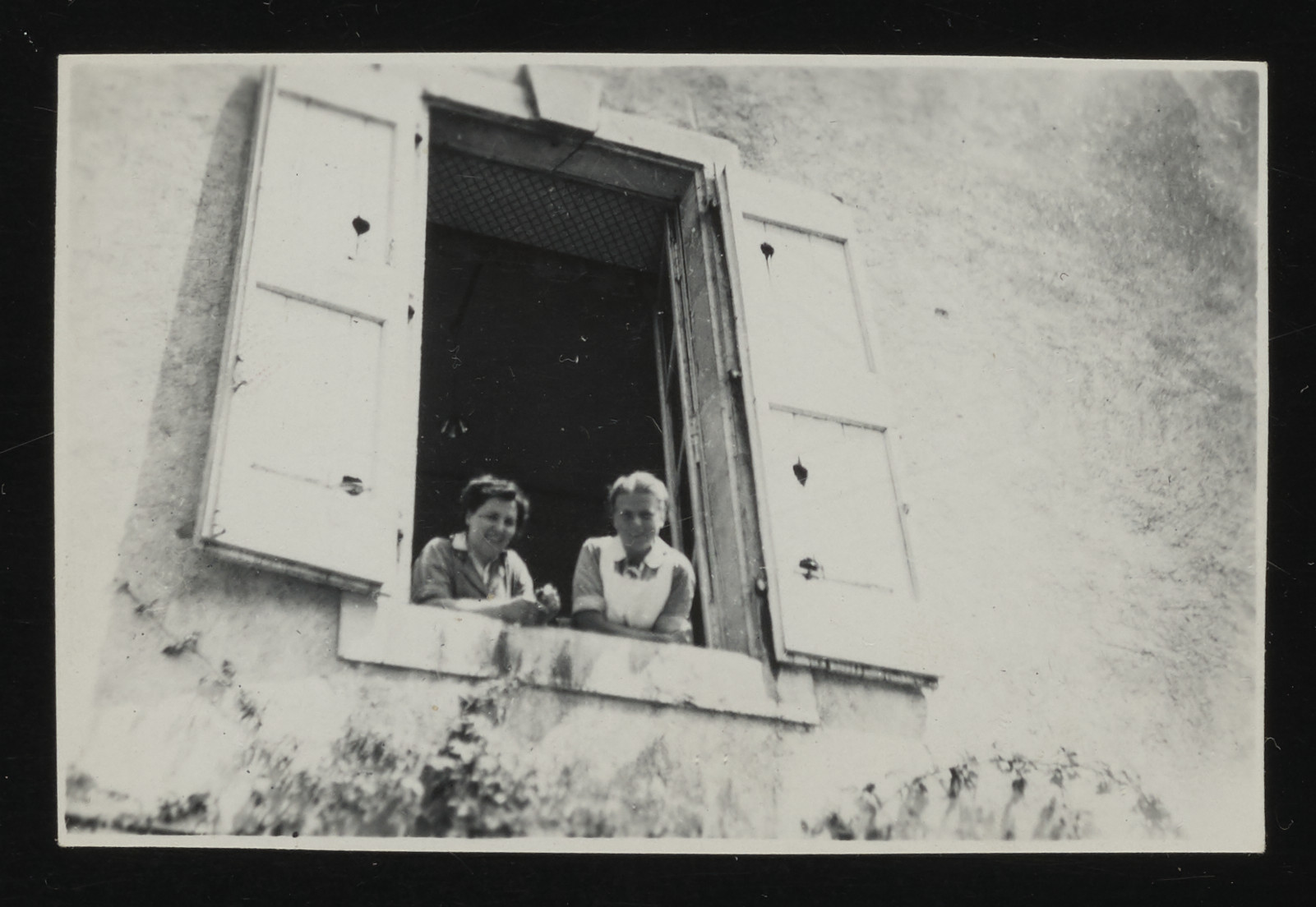 Flora Schlesinger (left) and Roesli Naef (right) lean out a window in the La Hille children's home.
