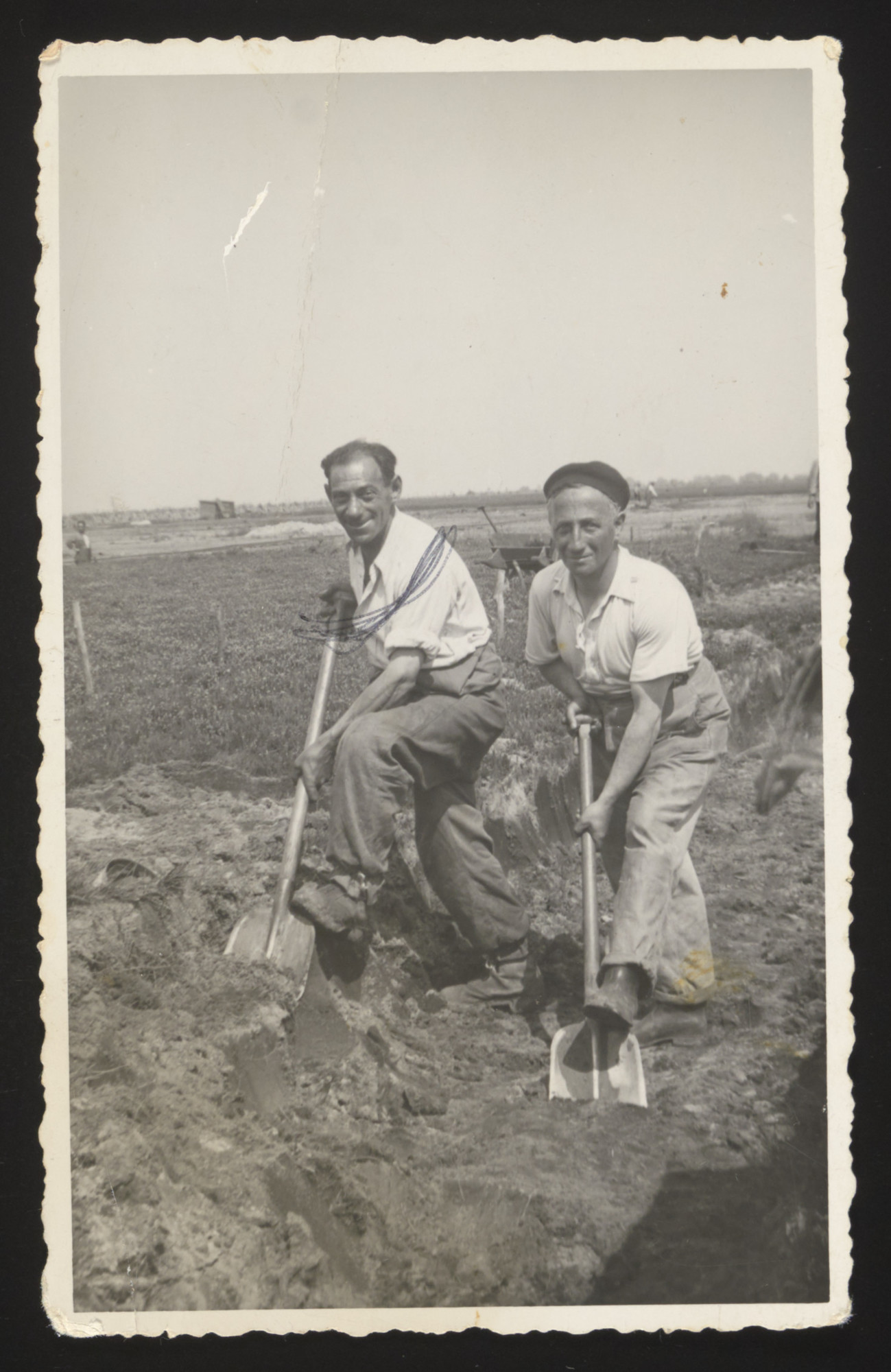 Isaac ven Leeuwen (left) and another gentleman dig in a field [probably in Westerbork].