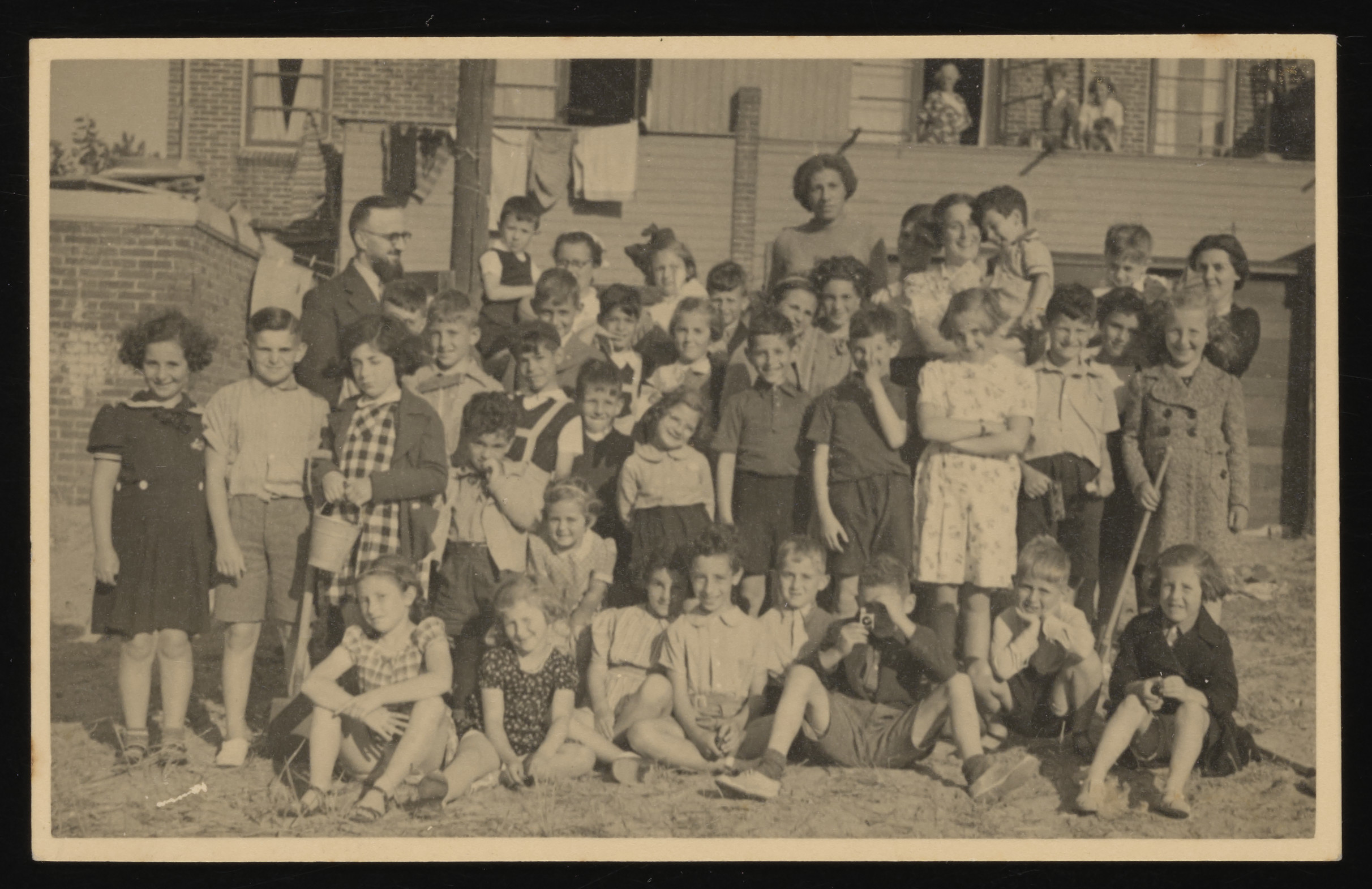 A large group of Dutch Jewish children goes for a summer excursion.  Among those pictured are Bertie Serphos.