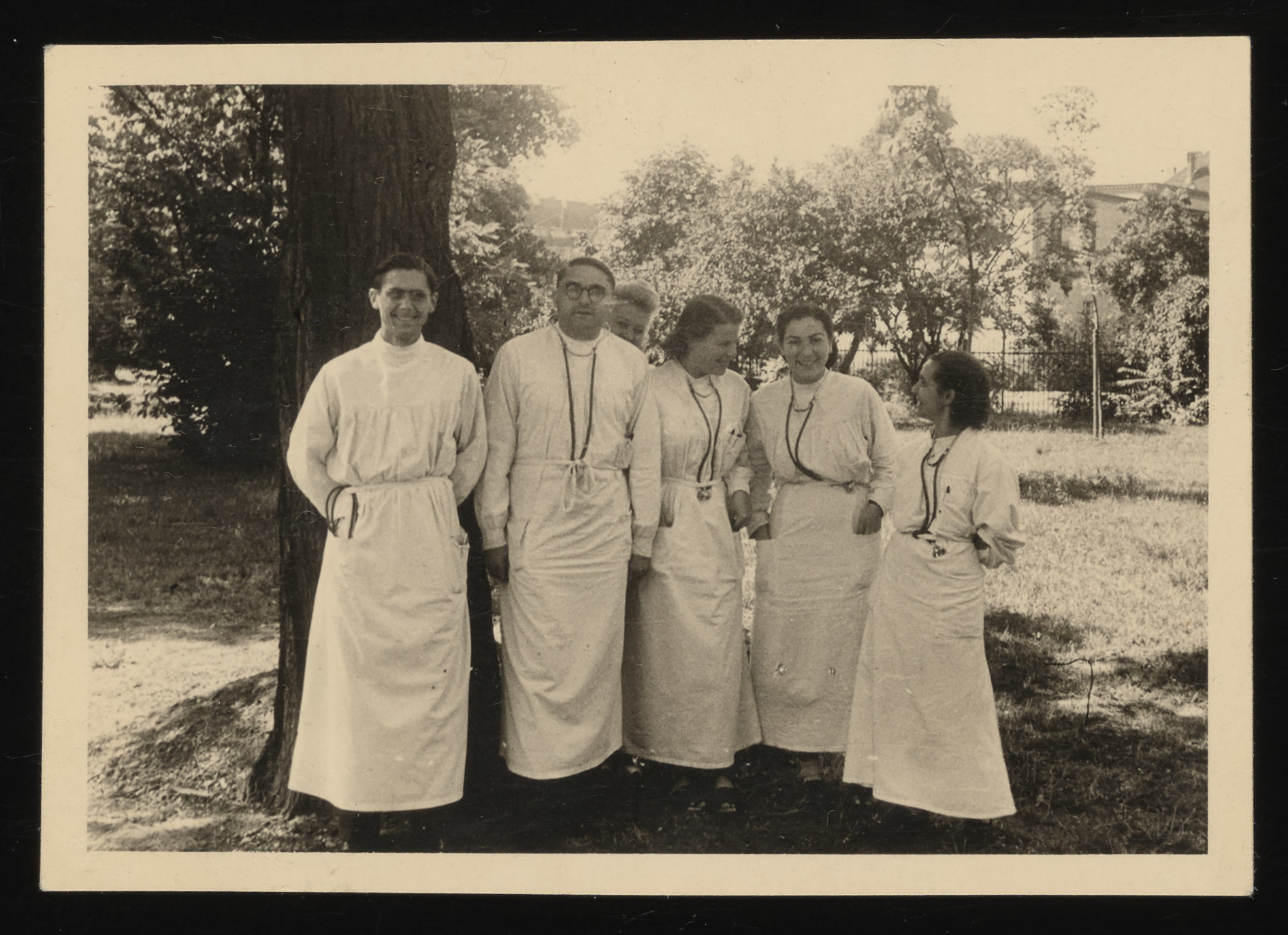 Group portrait of Jewish medical students in Heidelberg.  Among those pictured are Anna Ornstein (far right) and Lucy Hornstein (second from right).