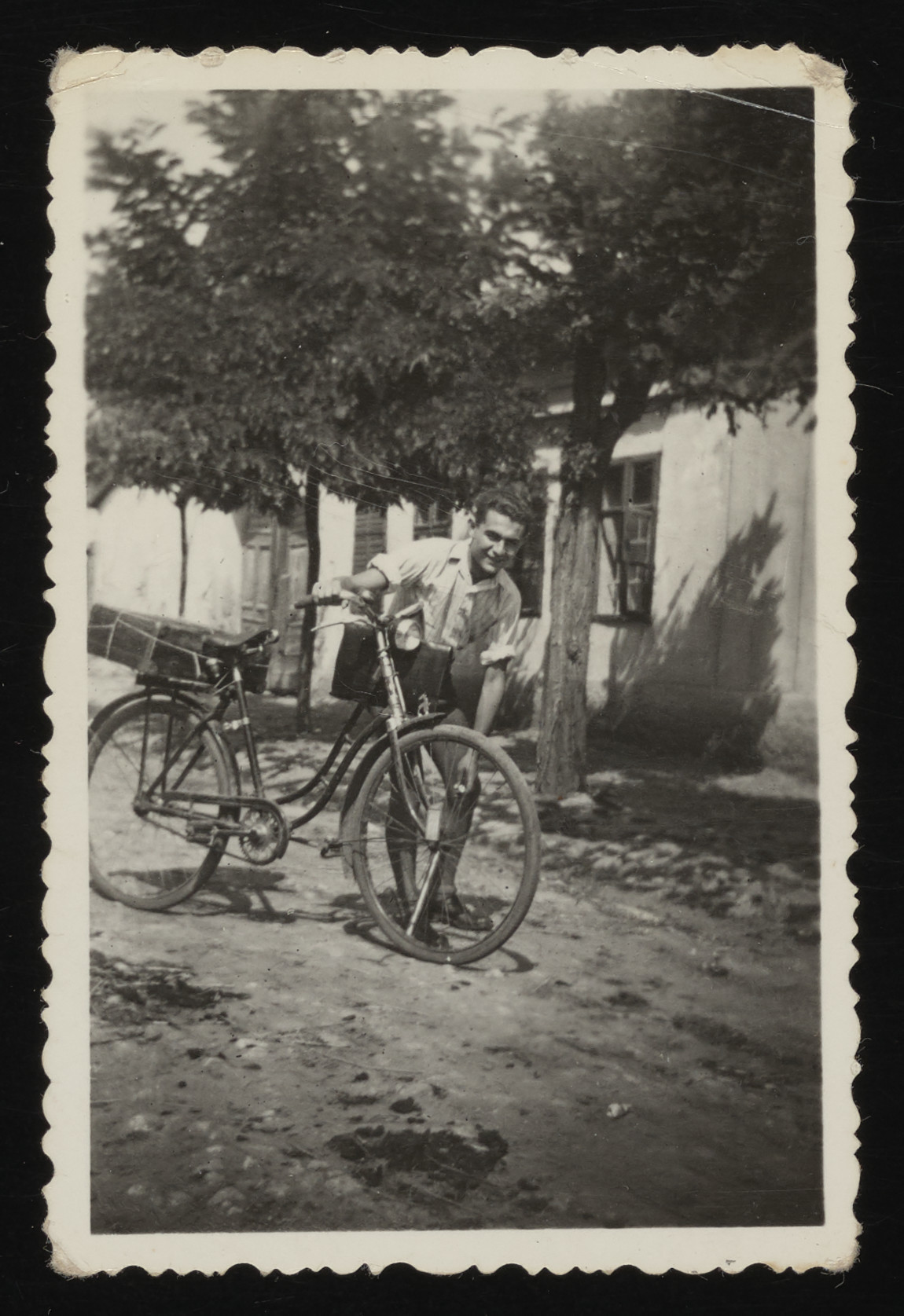 Paul Ornstein, a young Jewish man, takes his bicycle for a 100 km ride to visit his girlfriend in wartime Hungary.