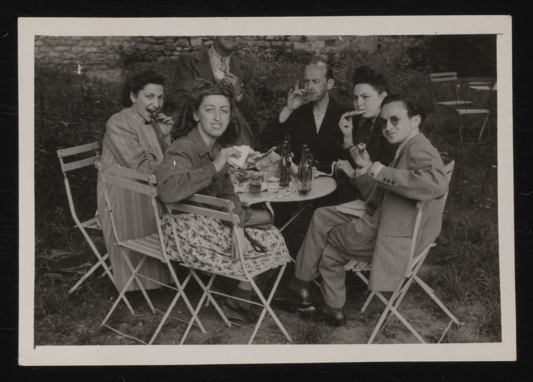 A group of Polish-Jewish DPs eat outside during an outing organized by the Ihud Zionist youth movement.     Among those pictured are Jona Zarecki from Grodno, Frieda from Bialystok and Gina Tabaczynska.