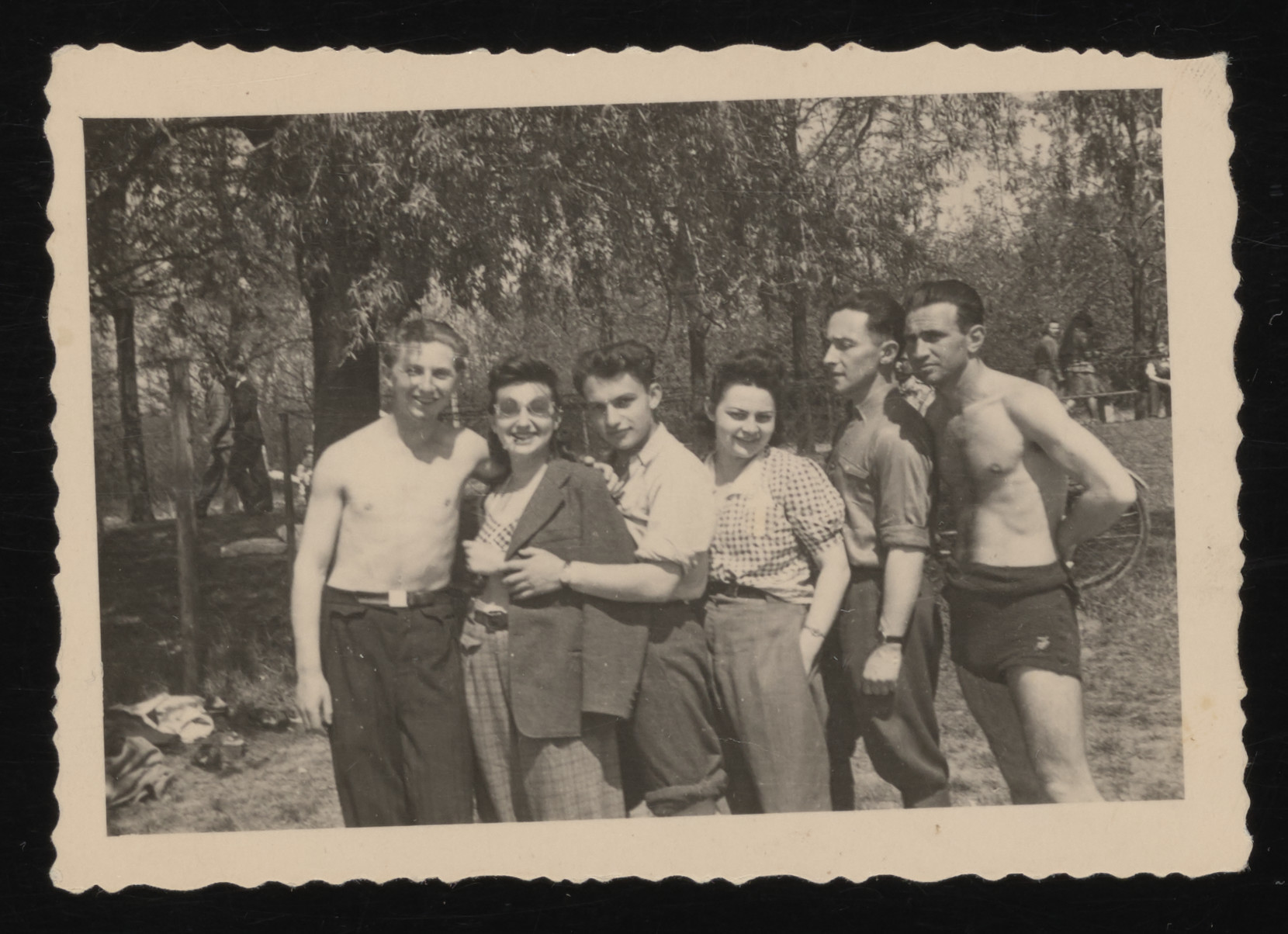 Group portrait of Polish Jewish youth on an outing organized by the Ichud Zionist youth movement in Lodz.  Among those pictured is Gina Tabaczynska (third from the right) and Ryszard Fenigsztajn (second from the right).