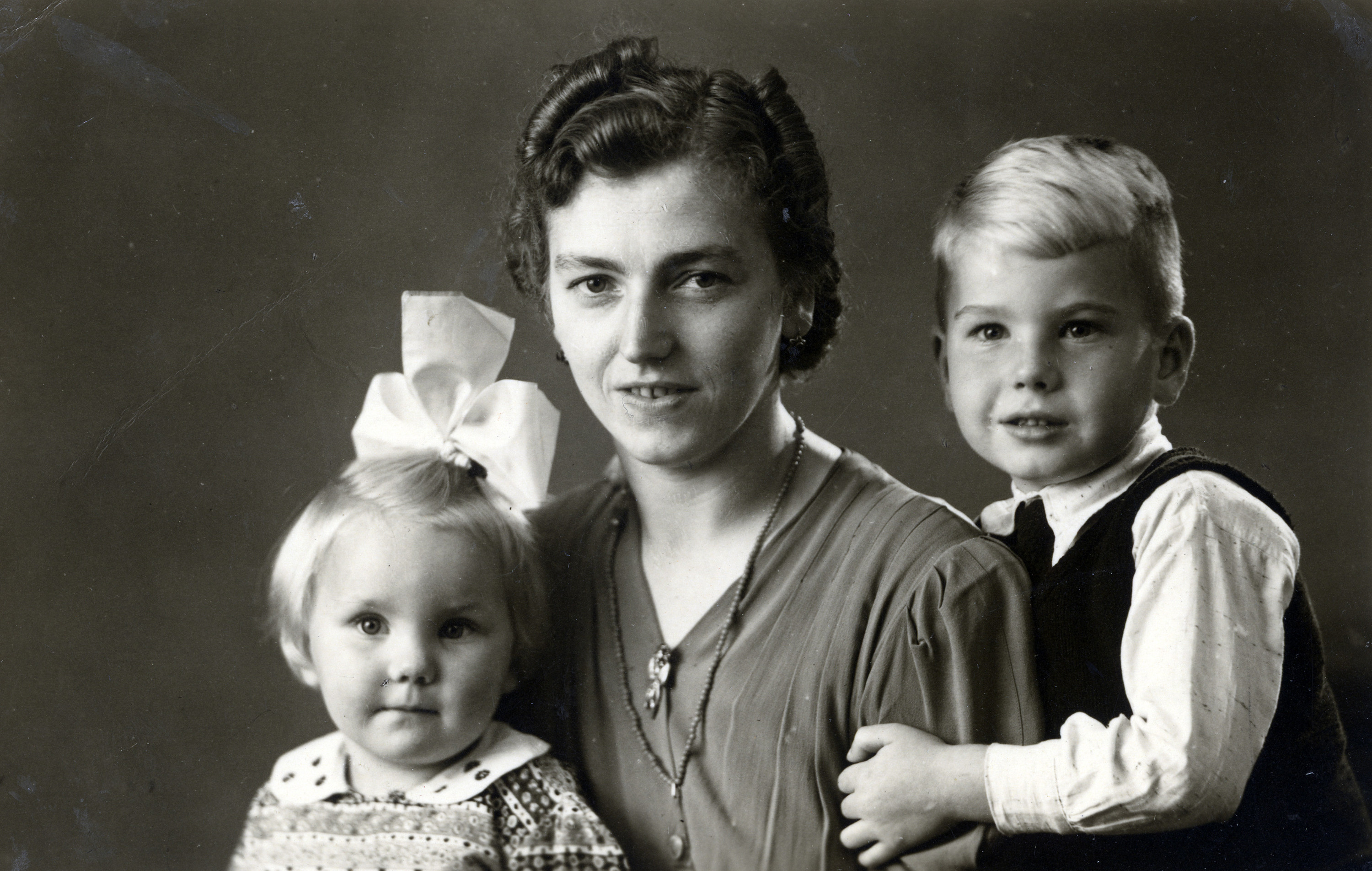 Portrait of an unidentified Dutch family who provided a hiding place for Erna Stopper during the war.