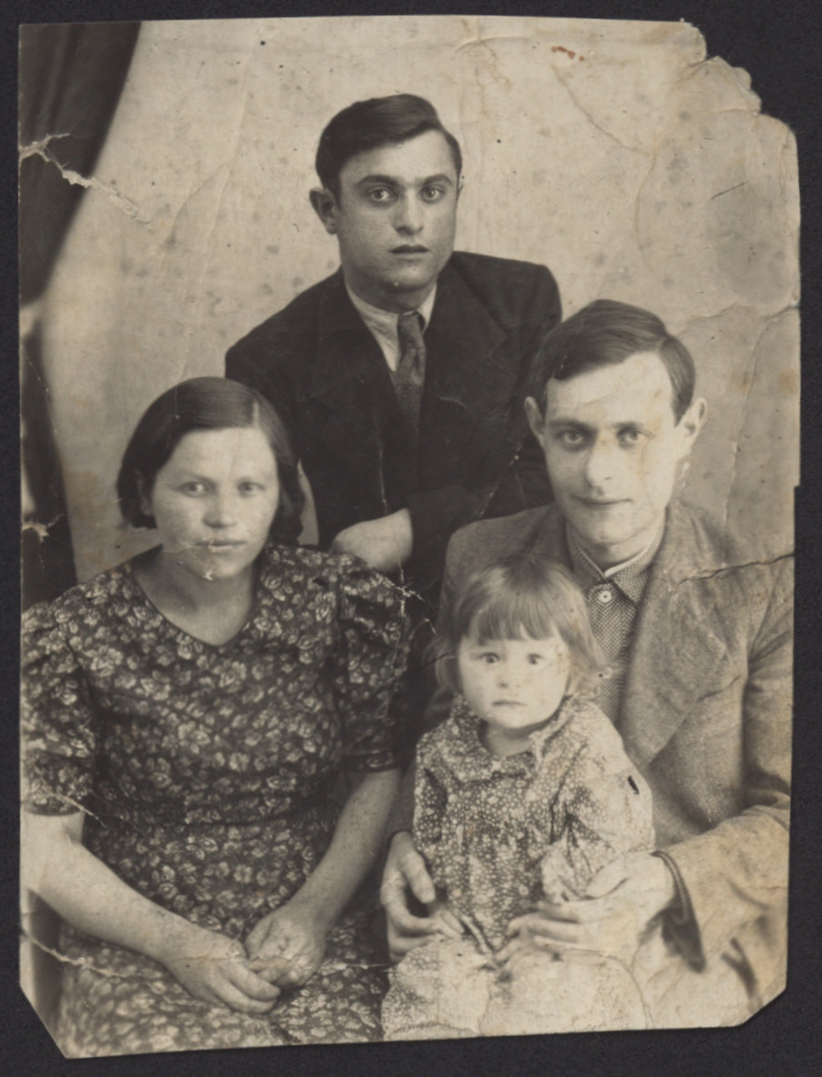 Studio portrait of Ruchl Rozia, Herszl, and Zalman Zytnik.