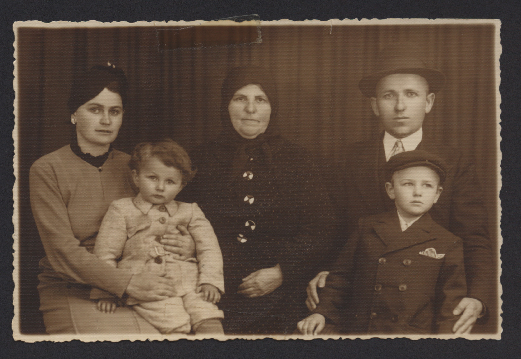 Portrait of a Jewish family in Solotvino.  Pictured (left to right) are Malka Kramer holding Ester, Baba Laya Kaufmann, and Hershel Kramer holding Moshe Smuel.  They had one other son named Yitchock.
