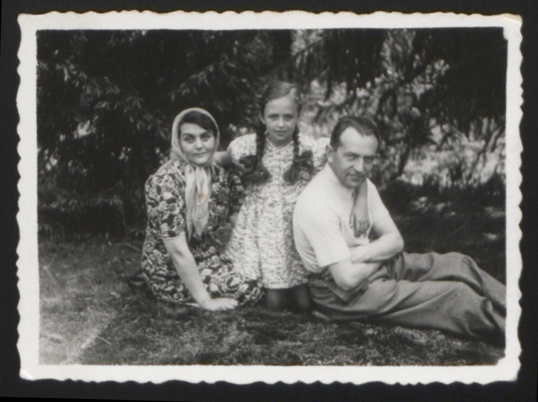 Frieda Zeidshnur (center) poses with her parents Judit and Zelman before the war.