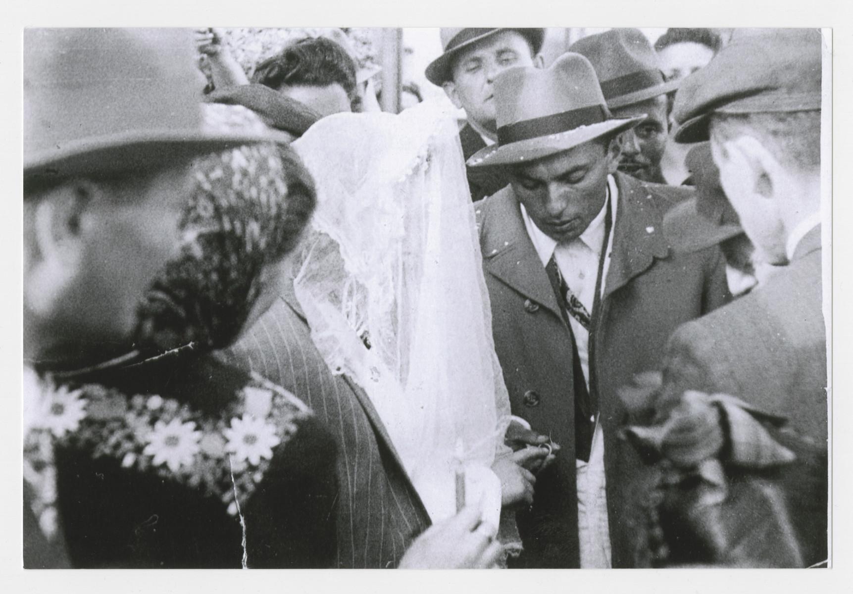 Wedding ceremony of Szaindl (Shirley) Dudlesak and Moses (Martin) Goldfarb.