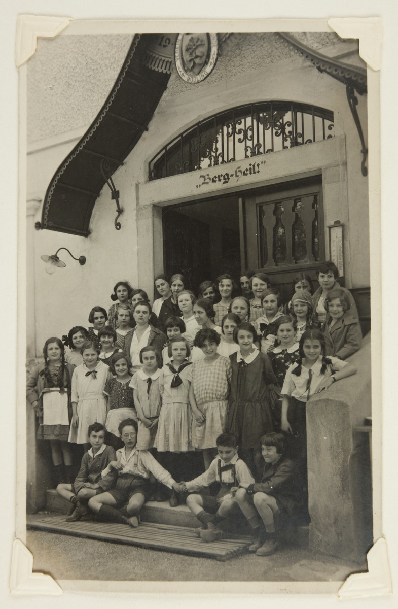 Maria Bloch-Bauer poses with fellow classmates before an unidentified exterior.