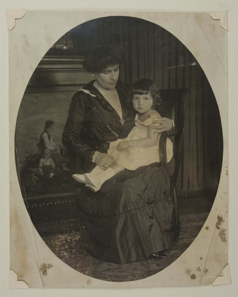 Portrait of Therese Bloch-Bauer with her daughter Maria.
