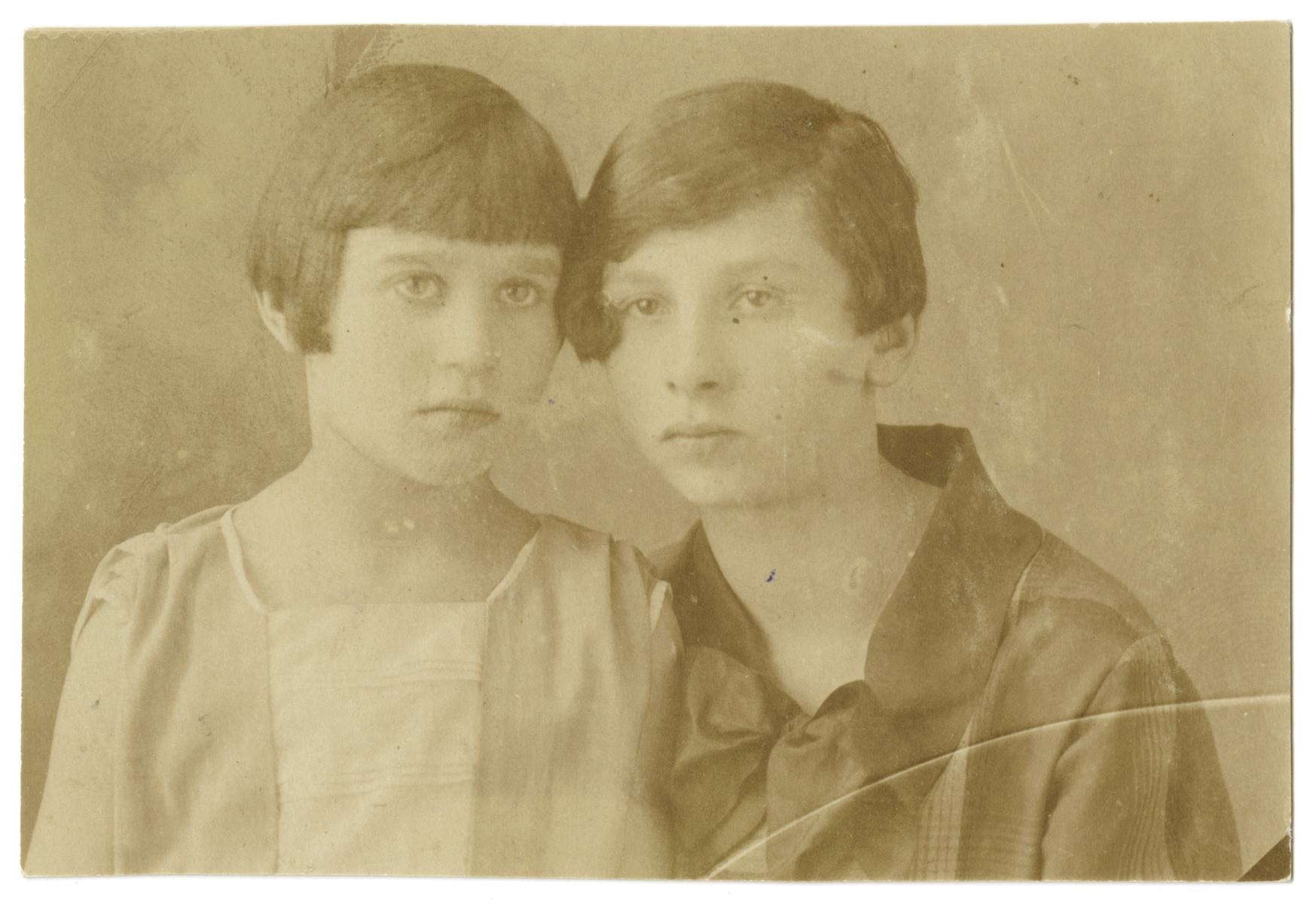 Deborah-Miriam Meirtal and her sister Sheine-Chinde Meirtal.