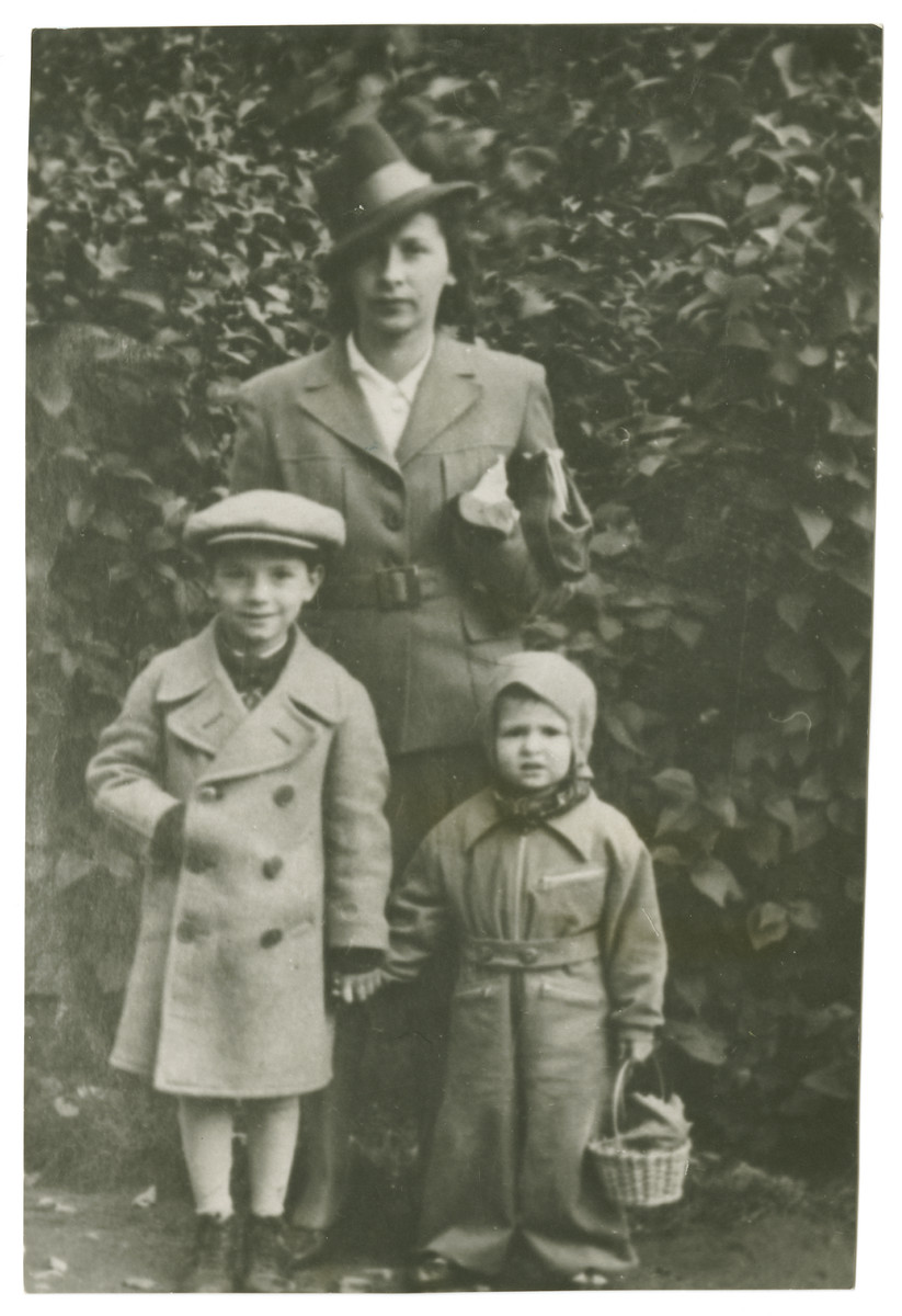 Avi Dobrysh with his mother, Deborah-Miriam Dobrysh, and his second cousin, Gabi Klas-Glass, in Kadriorg Park.