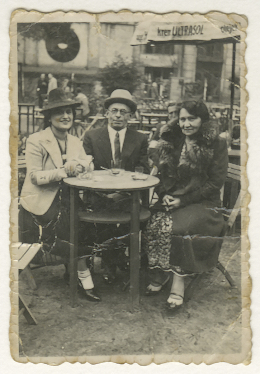 Hilda Jonisch (left) sits in a cafe with two friends.