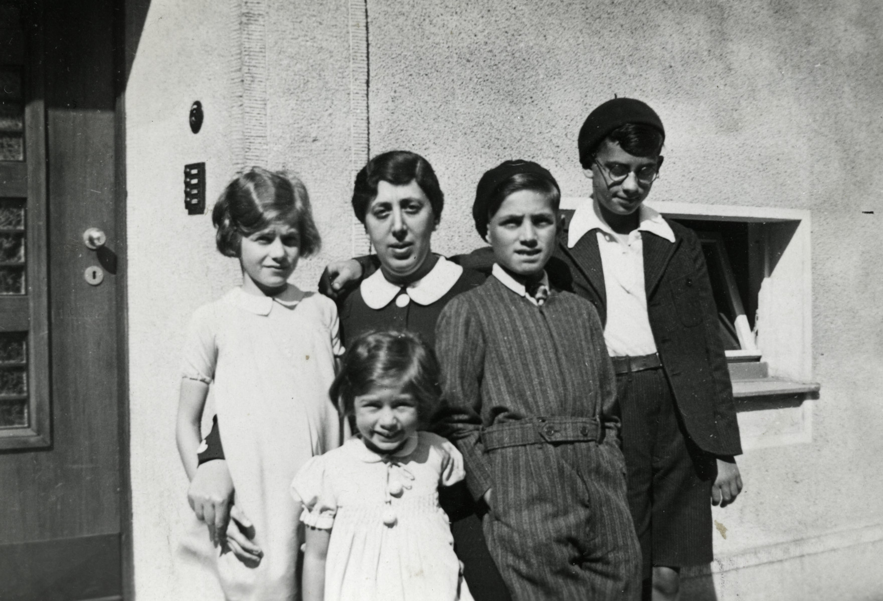 Bertha Klingman poses with four of her children Hannah, Jeannette, David, and Karl.