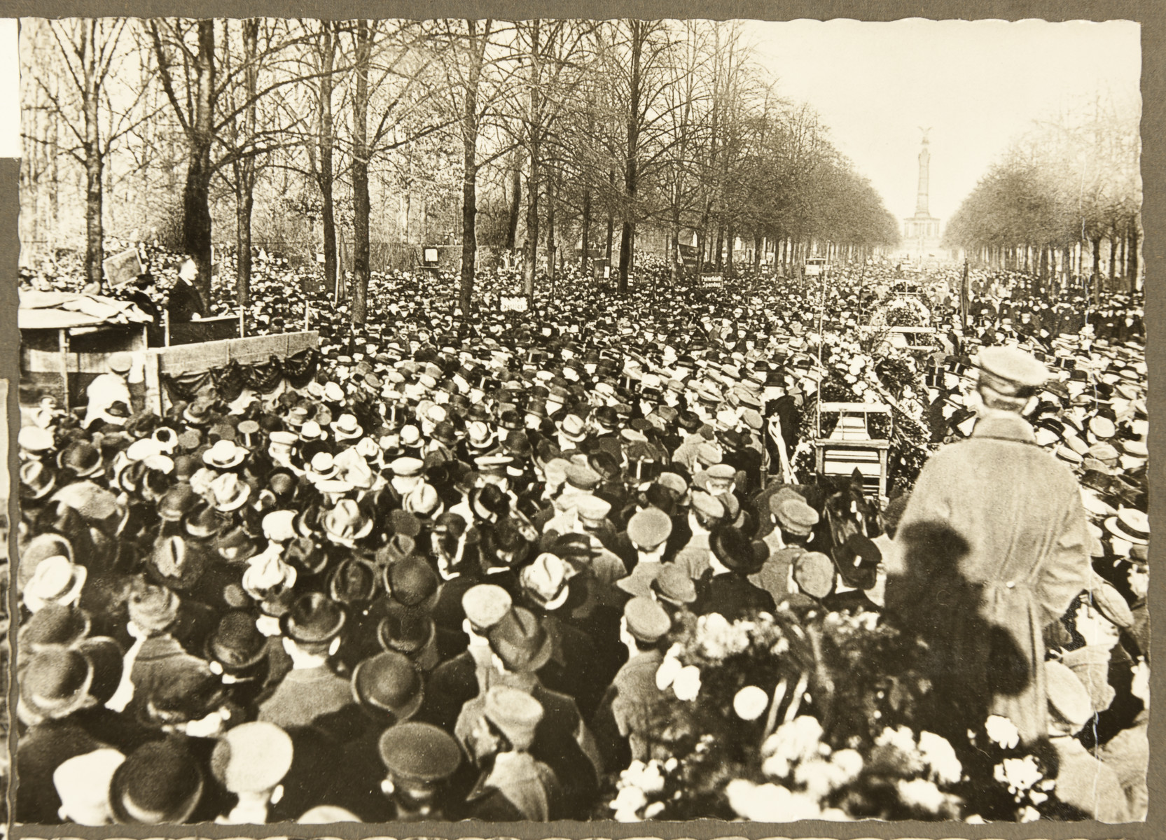 An assembly in the Siegesallee during the funerals of demonstrators who were shot by counterrevolutionary troops that fired in to a crowd on December 6, 1918 and killed 16 in a failed coup attempt.