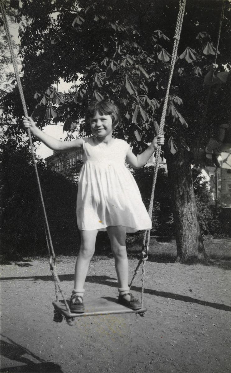 Hana Lustig swings standing up.