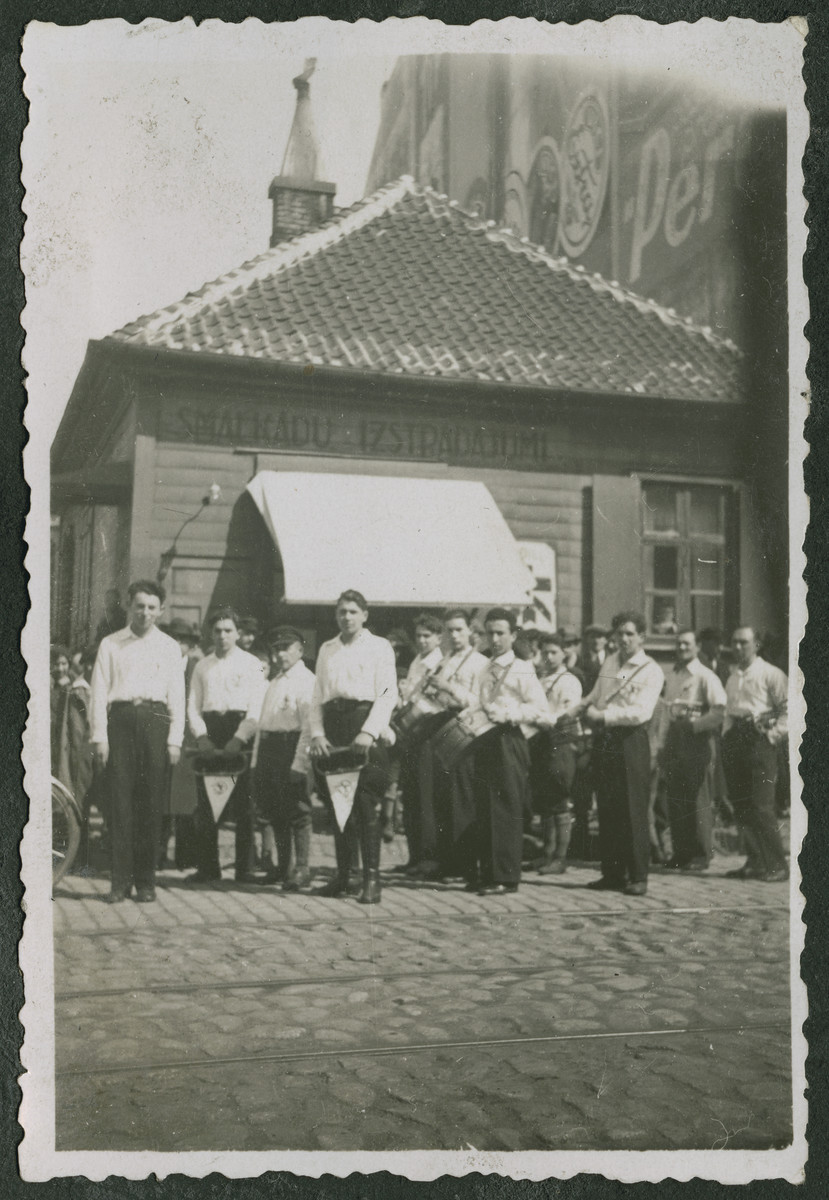 Group of Zionists gather outside a building probably during the 18th Zionist Congress..