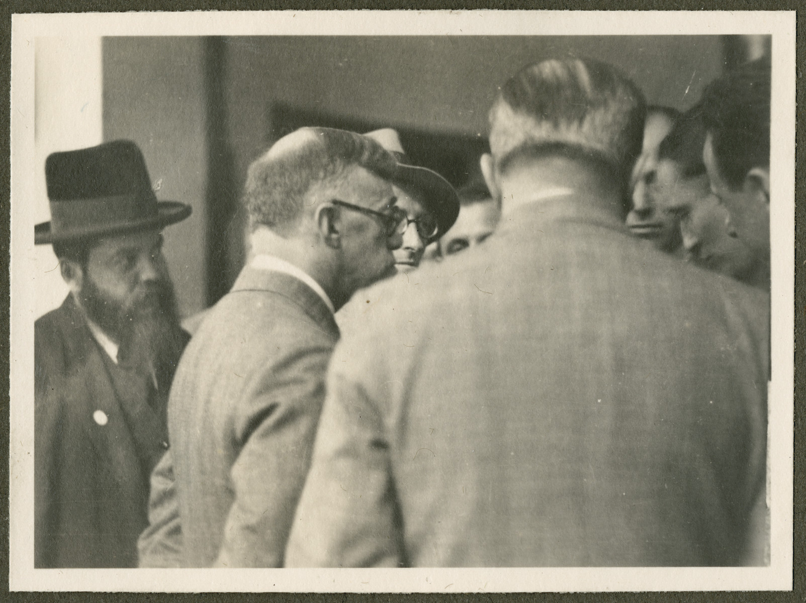 Zev Jabotinsky speaks to a group of men probably during the 18th Zionist Congress.