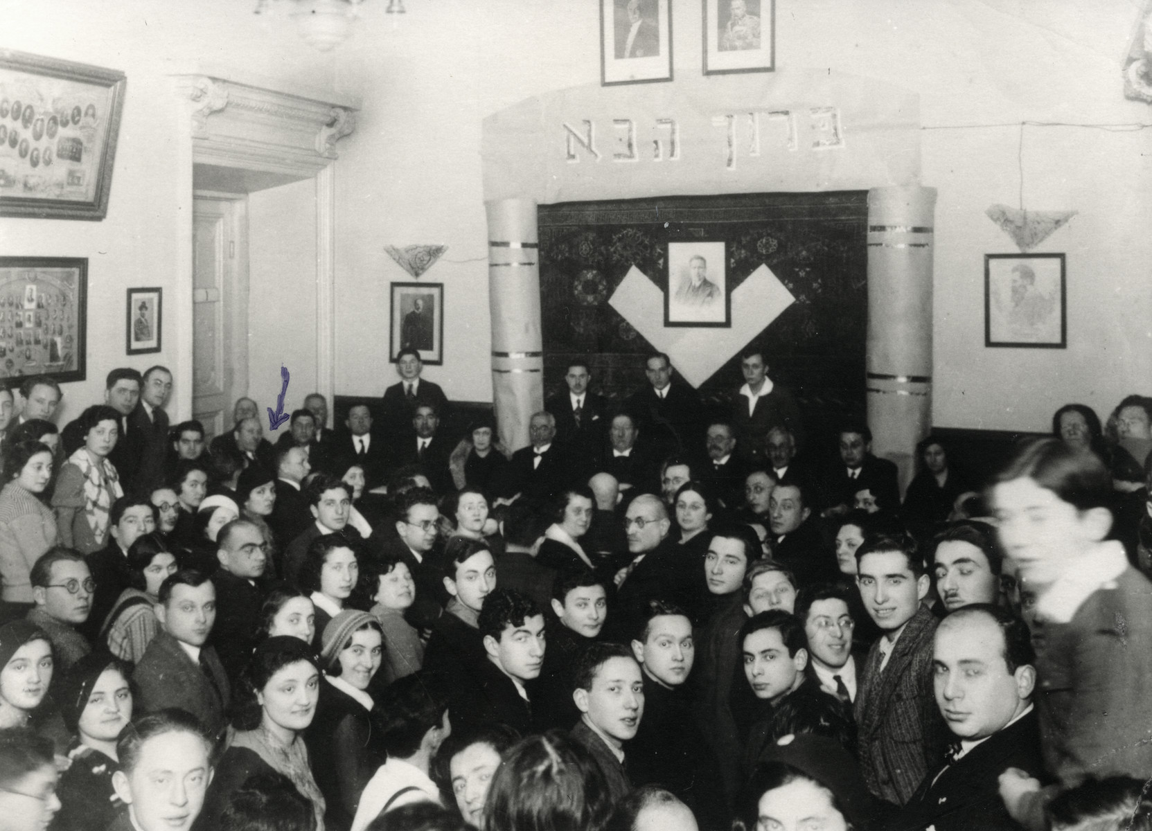 A large crowd gathers to hear the Hebrew poet, Hayyim Nahman Bialik during his visit to Vilna.