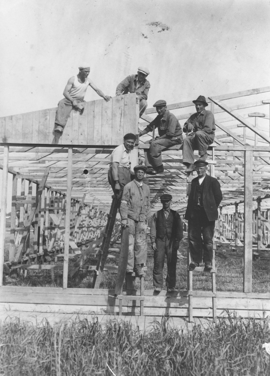 Jewish men from Vienna building a barracks in the Opole Lubelskie ghetto.