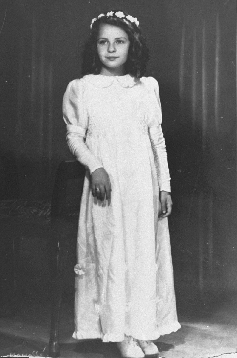 Portrait of Romana Schreier at the time of her first communion at the Ursulinen convent school in Vienna.
