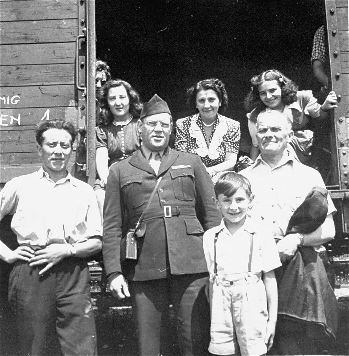 Departing Jewish DPs pose in the open door of a railcar with Saul Sorrin, director of the Neu Friemann displaced persons camp.