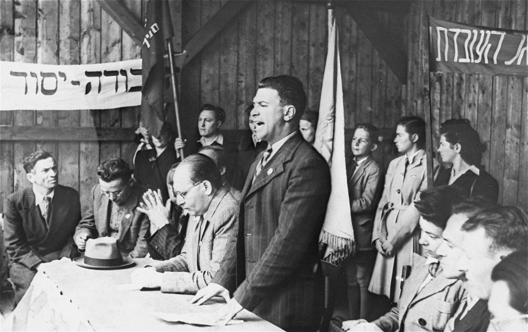 A DP spokesman delivers a speech at a Zionist meeting in the Neu Freimann camp.