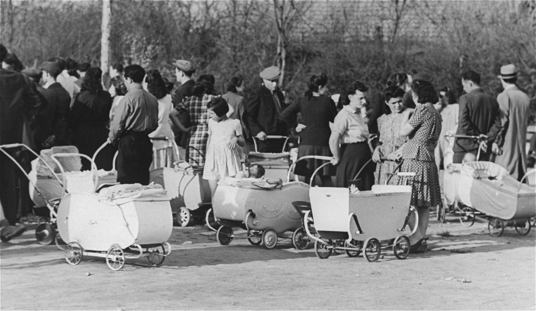 Young families at Neu Freimann DP camp.