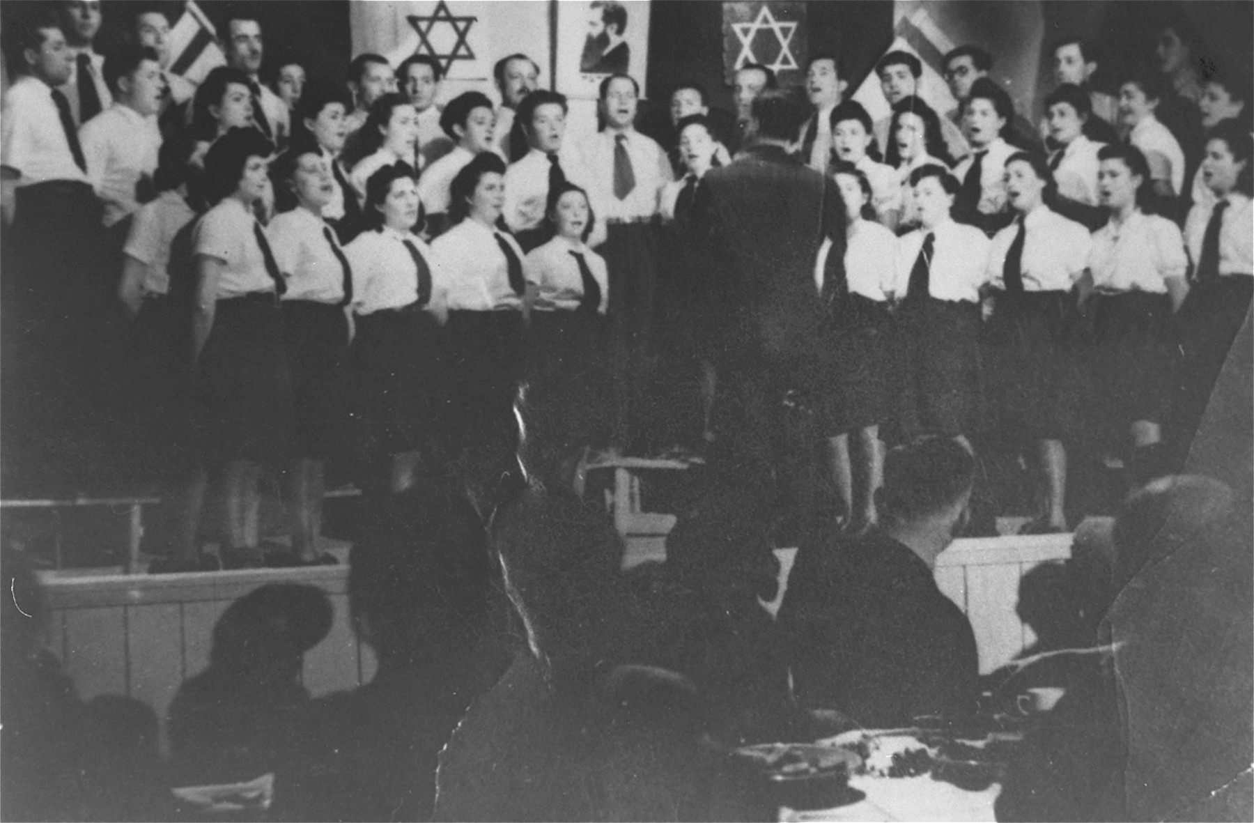 Leybl Fingerhut conducts a choir in the Feldafing displaced persons camp.