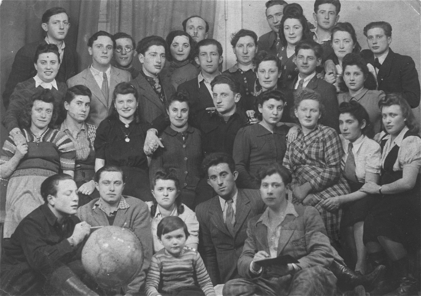 Group portrait of Jewish DPs in the Ludwigsdorf displaced persons' camp.  Among those pictured is Pinchas (Pinek) Rajzman (now Pinchas Reisman) from Sosnowiec, standing in the 3rd row, second from the right (directly behind woman in plaid dress).