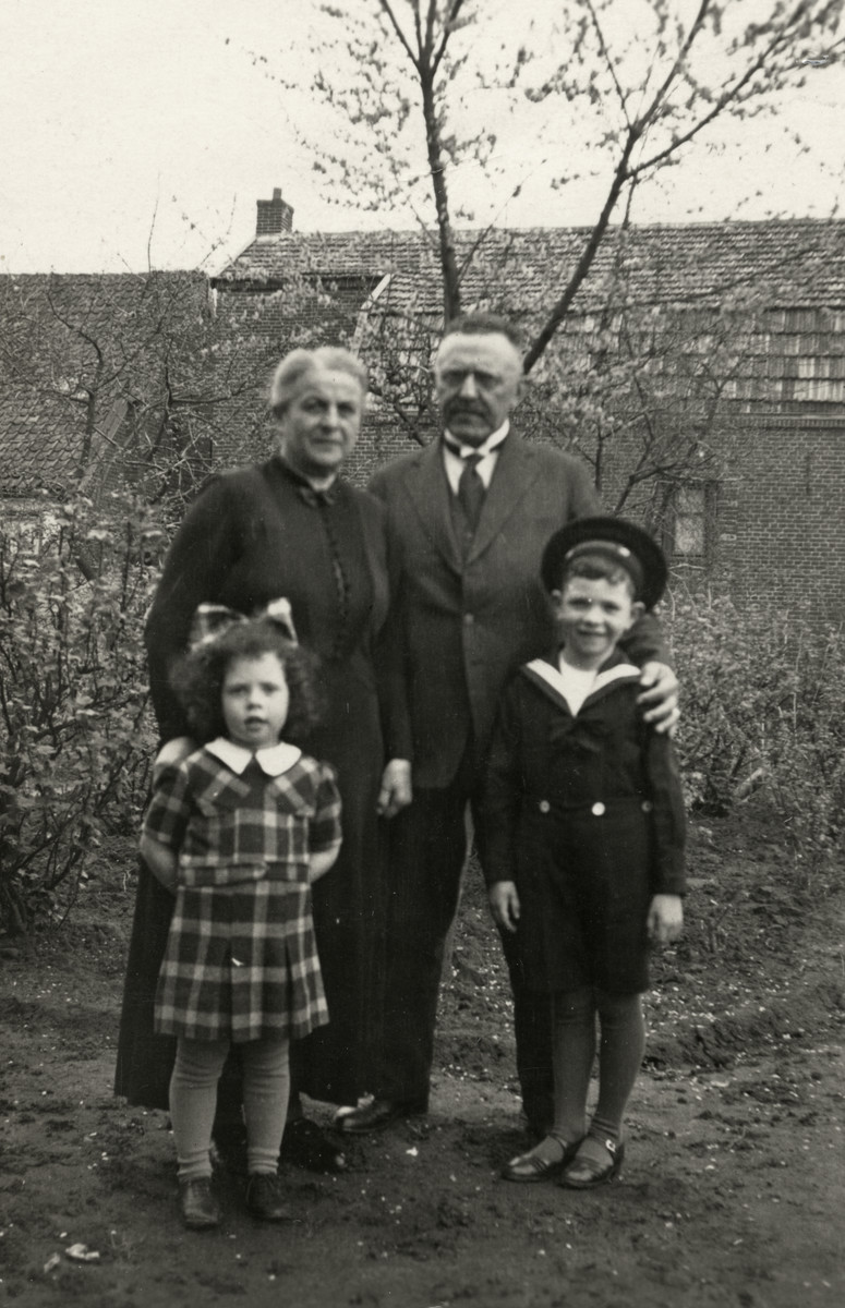 Elly and Alfred Drukker pose with their maternal grandparents, Albert and Sybilla Jacob.