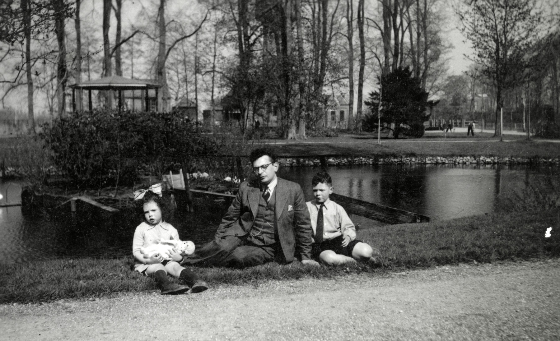 Maurits Drukker poses with his children Elly and Alfred in a park in Winschoten.