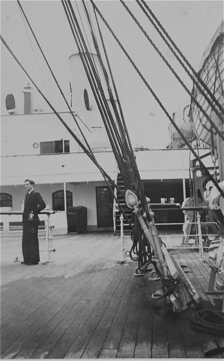 Arrival of the donor's father, Eliezer Kaplan, in New York aboard an unidentified ship.
