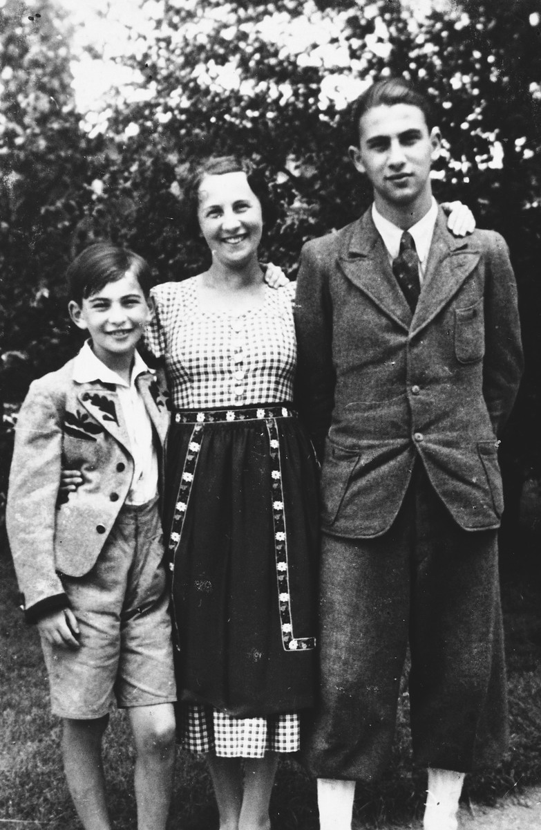 An Austrian-Jewish child poses with his mother and older brother shortly before leaving Austria on a Kindertransport.  Pictured are Paul Peter, Jenny, and Kurt Porges.