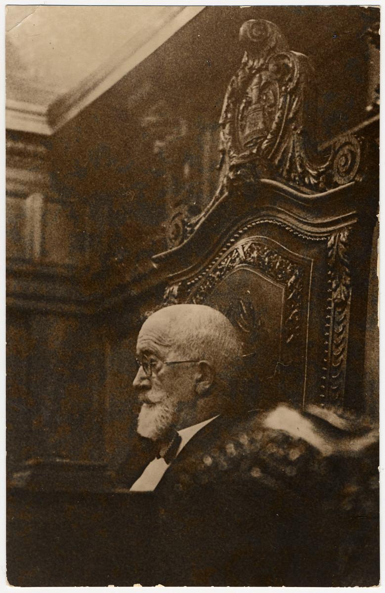 Julius Brodnitz presides over a meeting of the Centralverein.