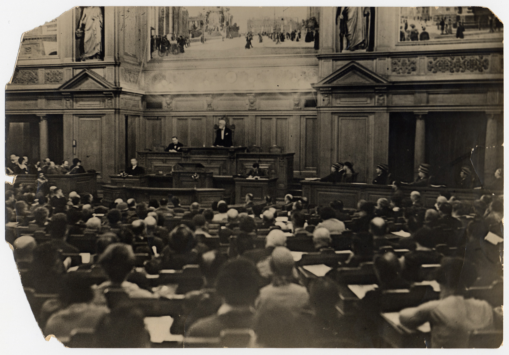 German-Jews fill an auditorium to attend a meeting [of what probably is the Centralverein] presided by Julius Brodnitz.
