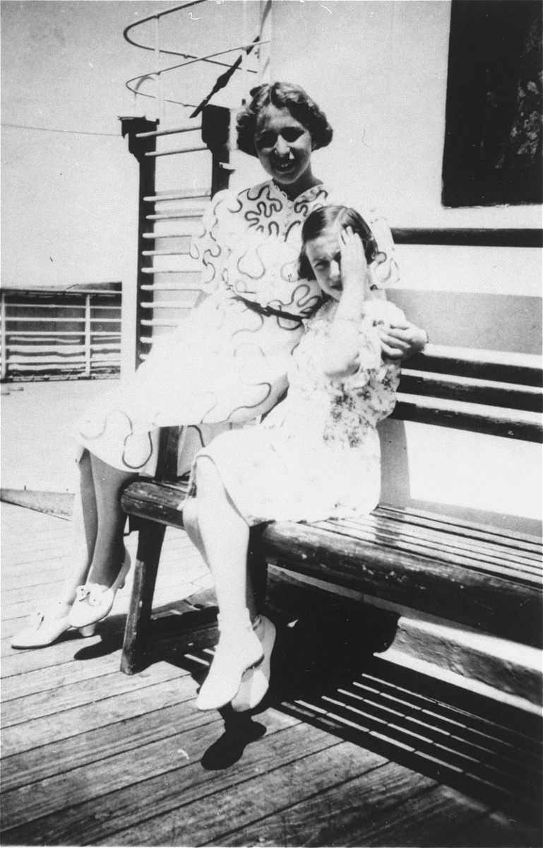 Portrait of Edith and Ilse Simon on the deck of the MS St. Louis.