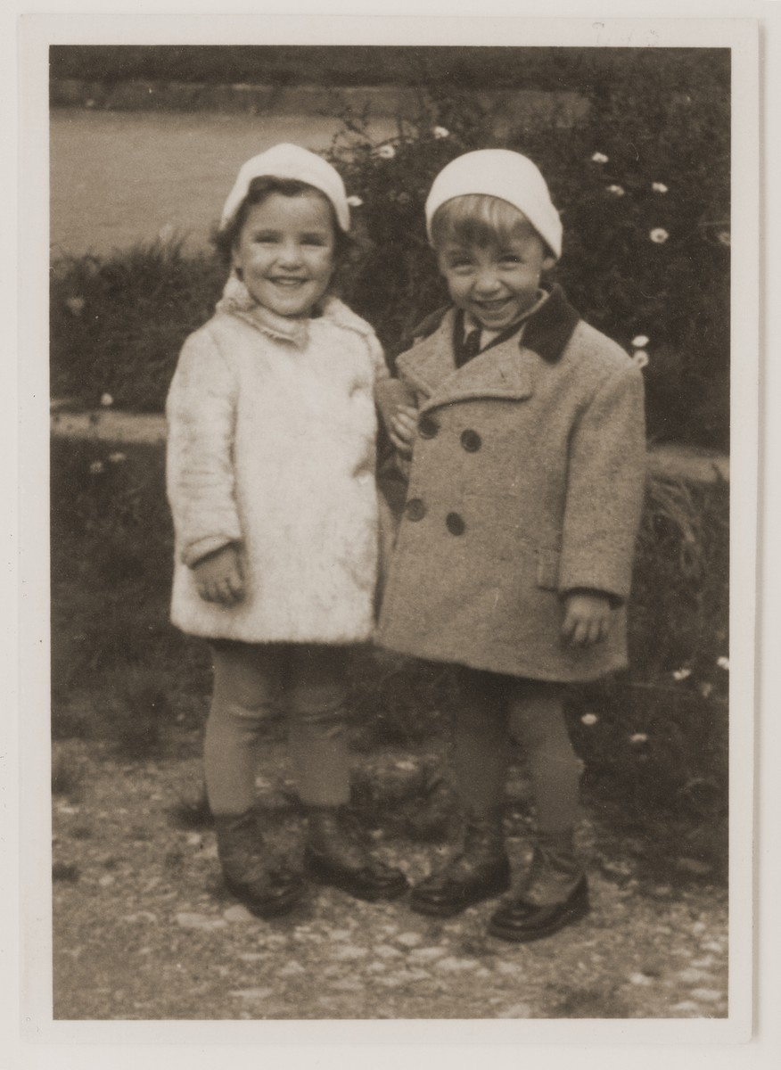 Portrait of the child twins, Rene and Renate Guttmann.