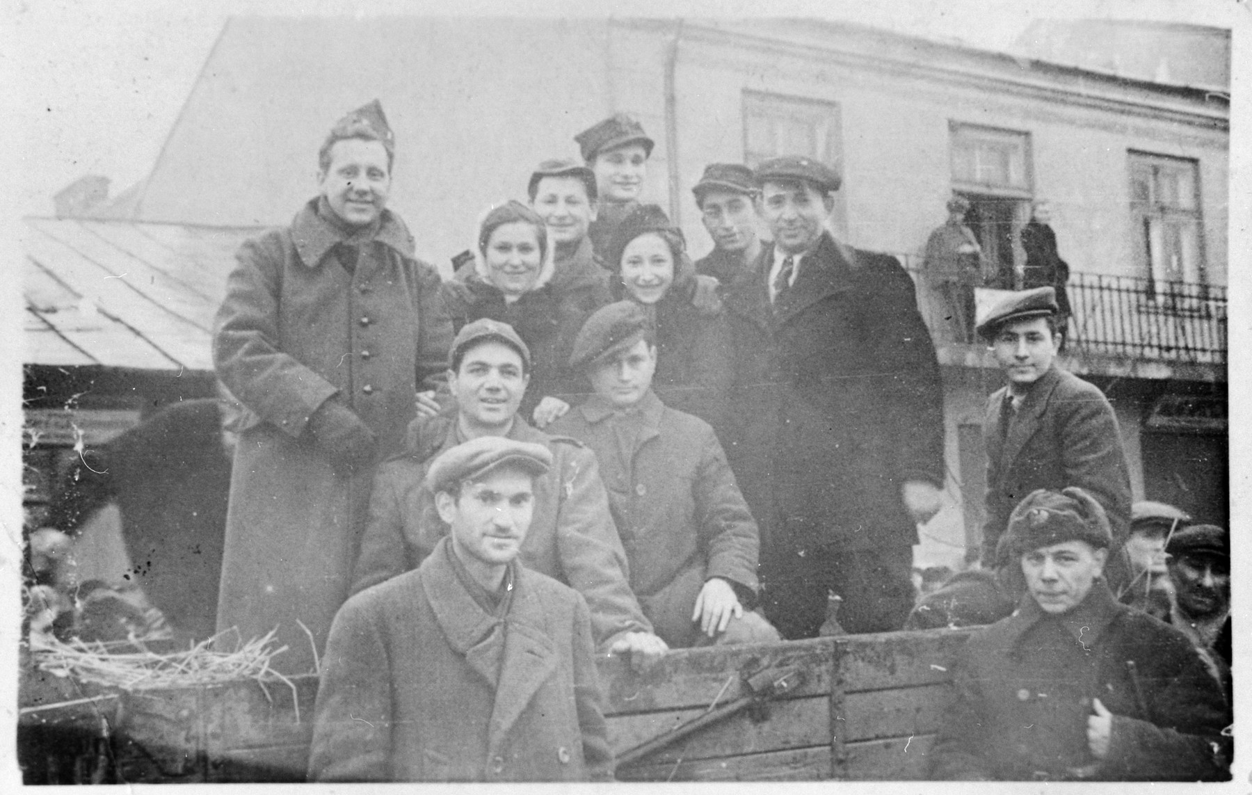 A group of newly liberated Jews pose with Soviet and American soldiers who were passing through the town of Losice.  The American soldiers had been taken captive after the Battle of the Bulge and were liberated by the Soviet army.  They were on their way back to the United States via Moscow.  After discovering that the soldiers were also Jewish, the Jews of Losice communicated with them in Yiddish.    Among those pictured are Salus Mordkowicz, Asher Weinstein, Boris Mordkowicz, Belcia Pinkus, Ajzce Szerc, and Berl Losice.