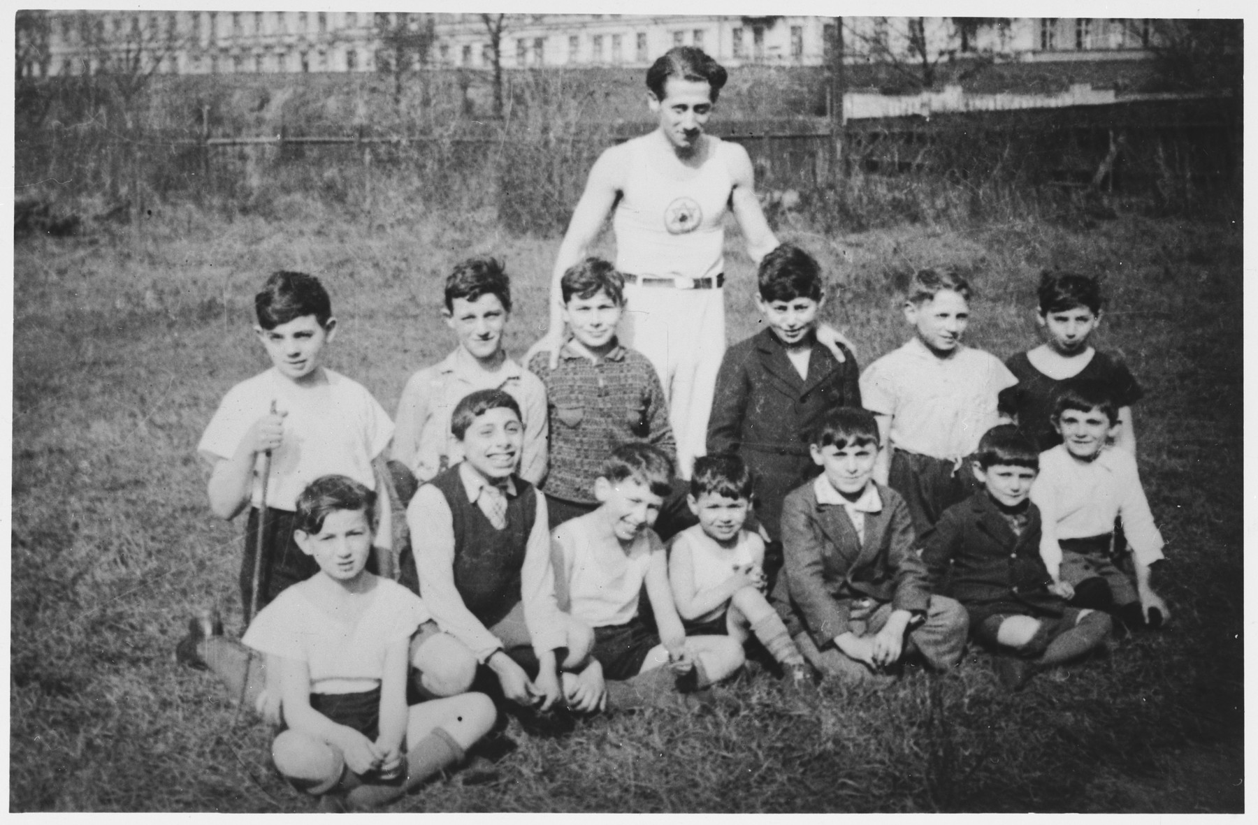 Alex Hochhauser poses with a group of boys from the Bar Kochba sports club in Breslau.