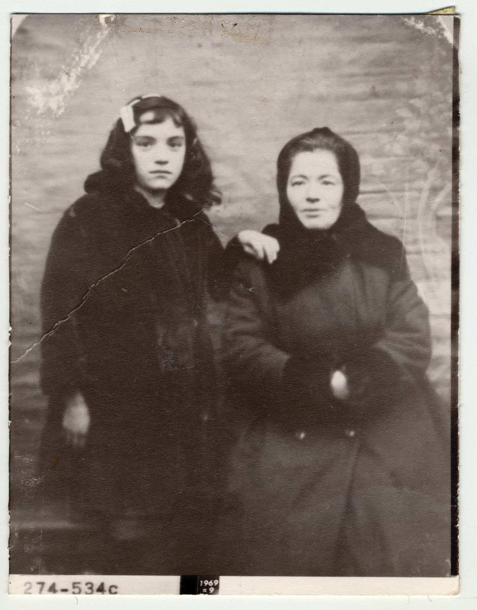 Gita Feigen poses for a portrait with her mother Lea Feigen (nee Watkin).