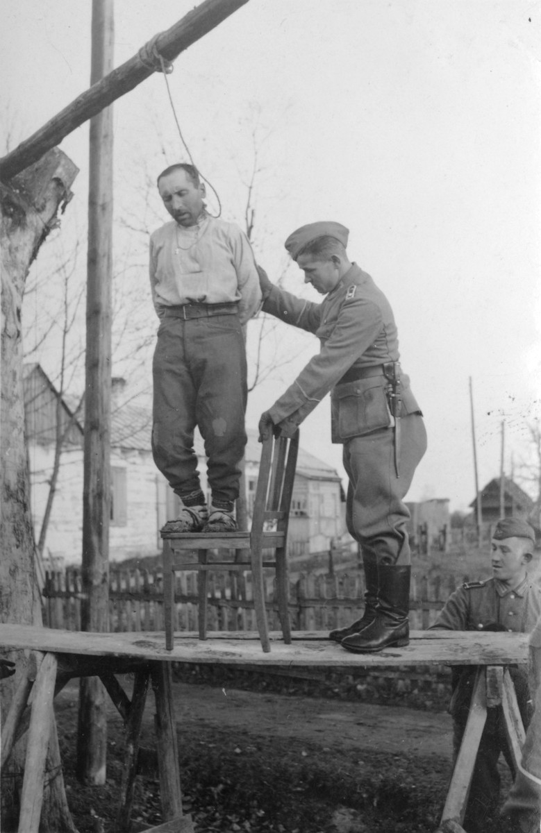 German police hang a man in the occupied USSR.