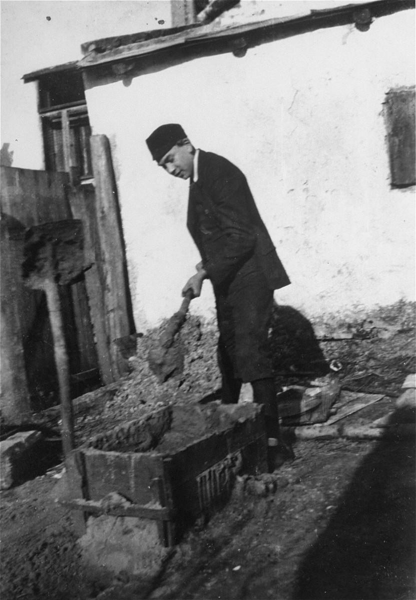 Naftali Saleschütz prepares cement for the foundation of a sukkah.