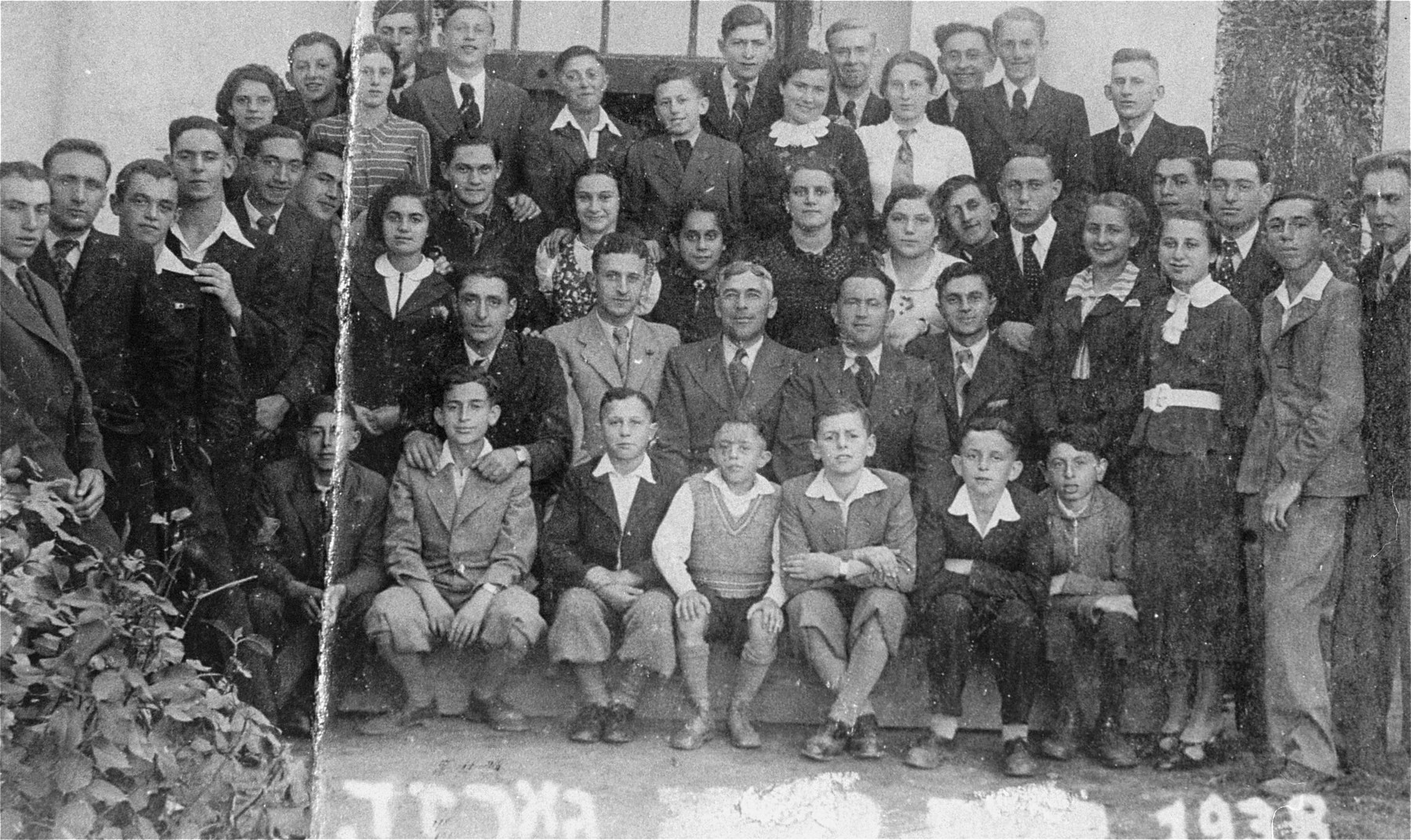 Group portrait of Jewish youth in Gargzdai, Lithuania.