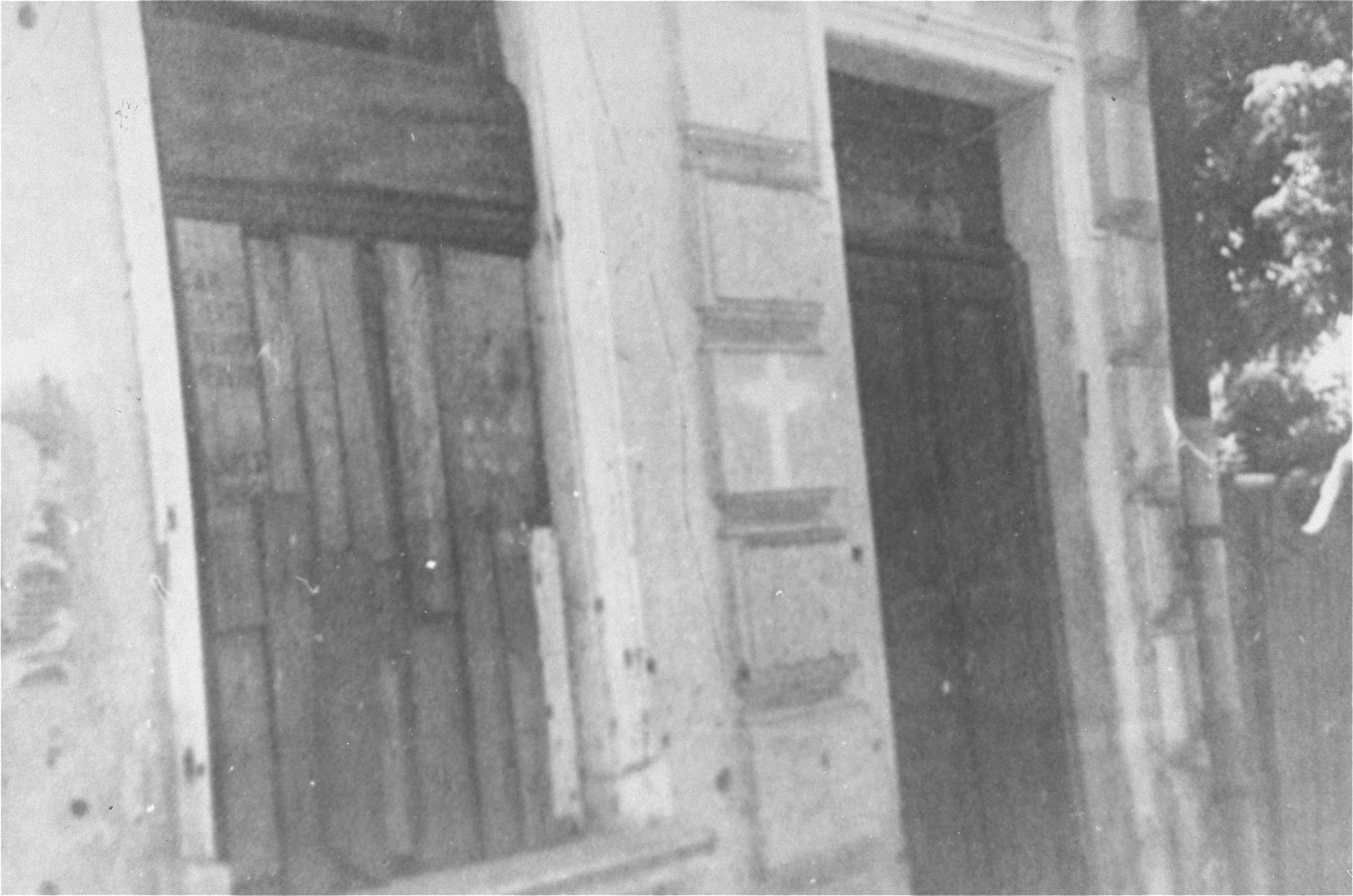 A house marked by a cross, indicating that no Jews lived there.    On June 25, Iasi policemen [invited] the Christian population to place crosses on their windows and doors. This cross served as a means to differentiate the Christian houses from the house of the intended victims.