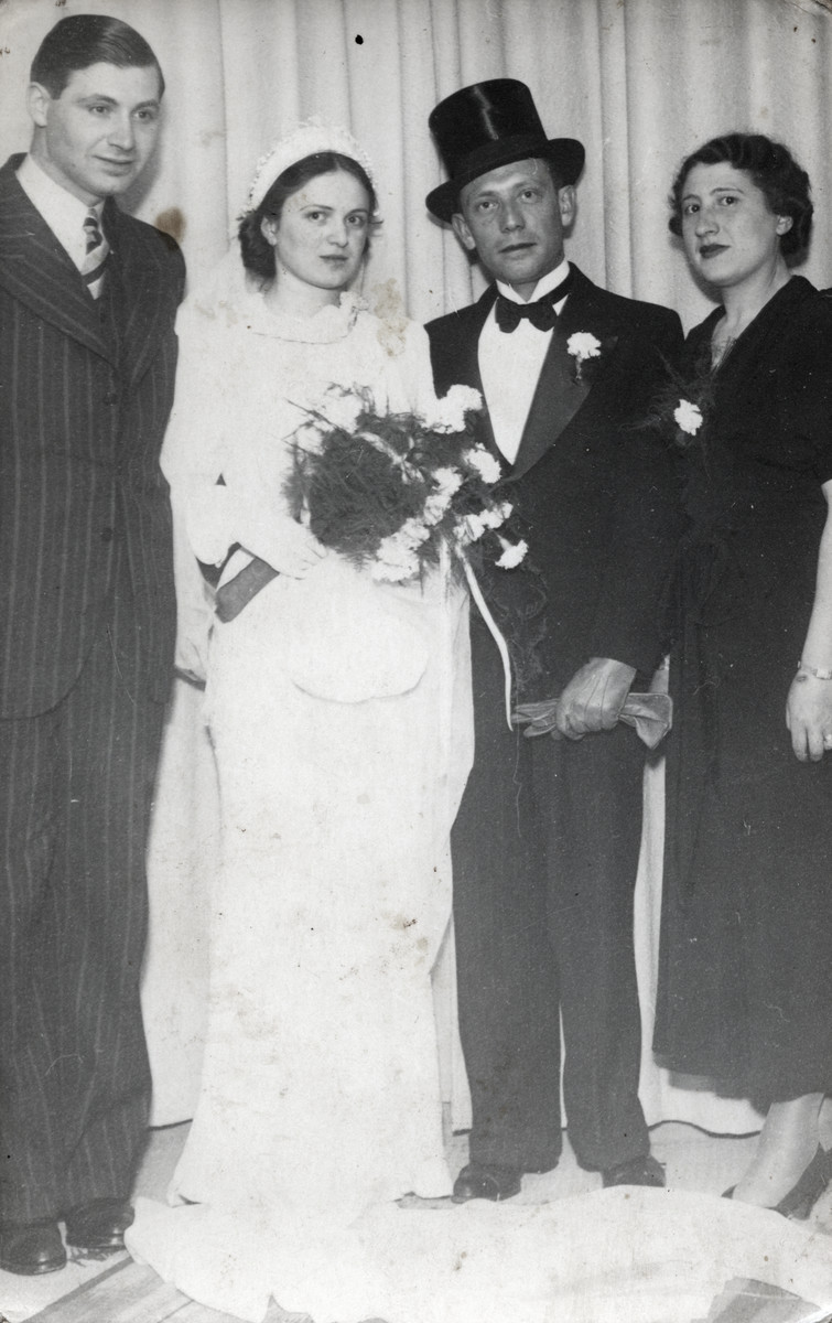 Rosa and Mojesz Rosenbaum stand on either side of Netti and Bernard Busnak at their wedding in the Portugese Synagogue.