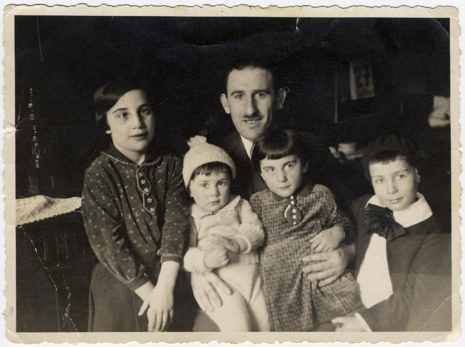 Simon Bloch poses with his four children gathered around him.  From left to right: Lore (later Schwab), Julius Israel, the father Simon Bloch, Margot (later Klein) and Max.  The following year they moved to Strasbourg following the Nazi take-over of Germany.