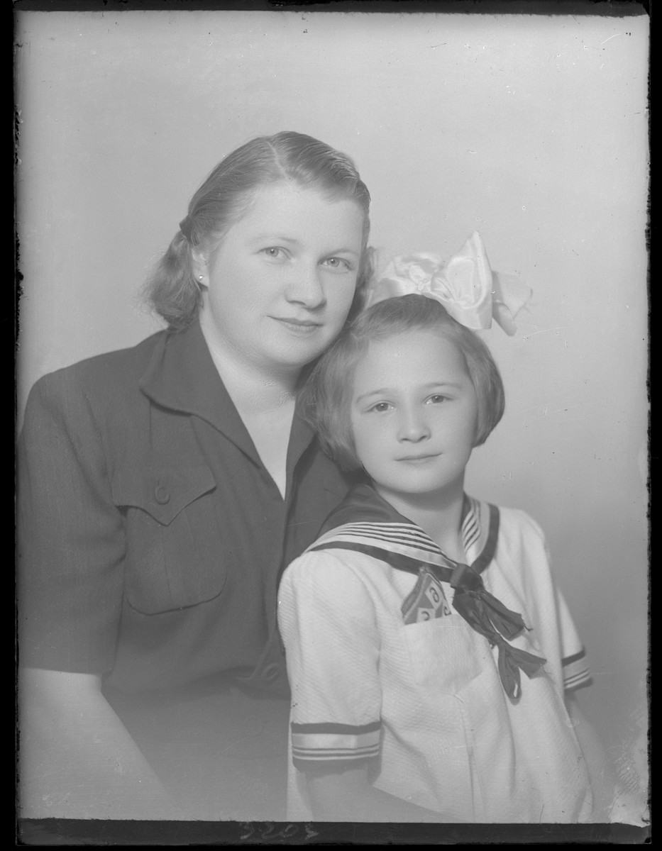 Studio portrait of Lajosne Berger and her daughter.